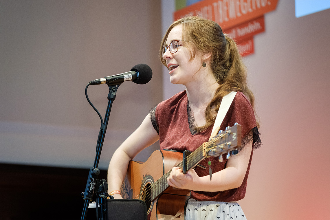 "Luise Skupch elated audiences with her song ""Mind Game (Gedankenspiel)"" during the award ceremony for the German Federal President's school competition on development policy."
